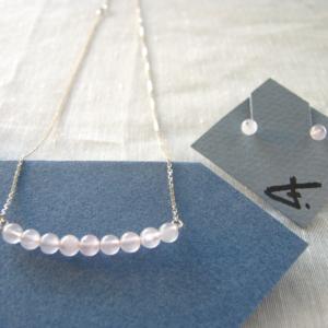 boucles et collier en quartz rose
